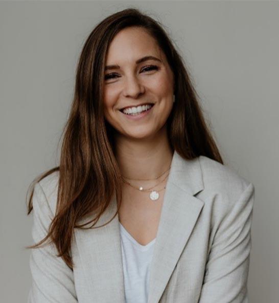 Dr. Alina Hübecker  – Ärztin ∙ Ayurveda Therapeutin ∙ Yoga Instructor ∙ Achtsamkeits-Coach
